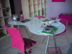 scrivania ergonomica,tavolo rotondo,scaffale