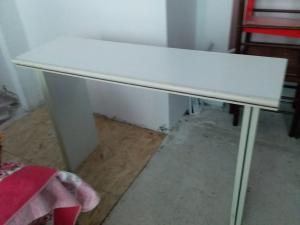 Tavolo in legno bianco salvaspazio allargabile
