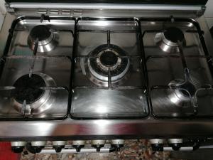 Cucina a 5 fuochi, lavello con mobiletto e tavolo in legno