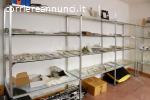 Vetrina in alluminio naturale e ripiani in vetro